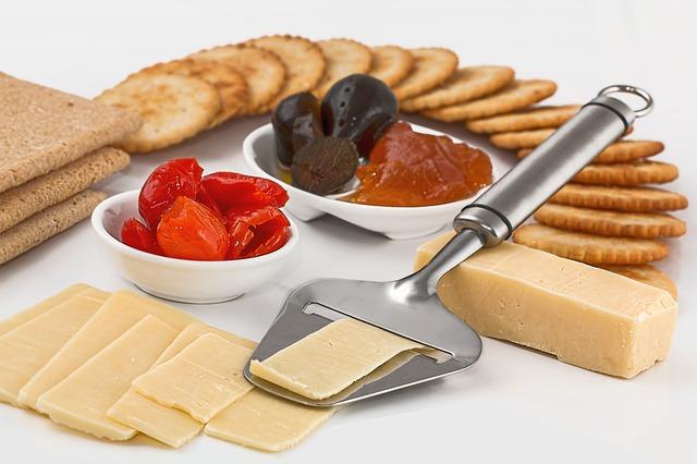 sýr, sušenky, sušená rajčata