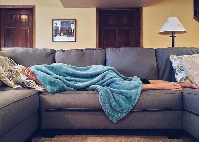 spící člověk, deka, pohovka, lampa