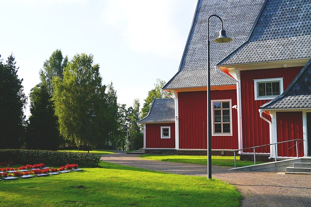 červený dům, velká černá střecha
