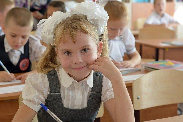 školačka s mašlemi