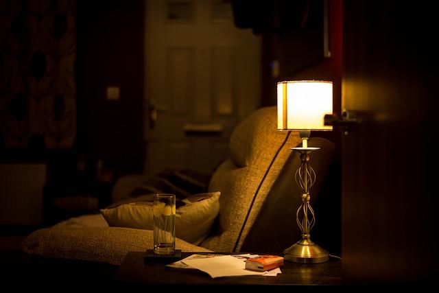 lampa u křesla.jpg